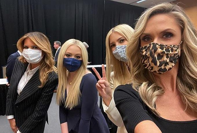 Bà Melania (trái) chụp ảnh cùng các con chồng Tiffany (thứ hai từ trái qua), Ivanka (áo trắng) và Lara Trump. Ảnh: Instagram.