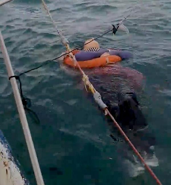 Angelica Gaitan nằm buộc phao cứu sinh vào người trôi nổi ngoài khơi Colombia hôm 26/9. Ảnh: Newsflash.