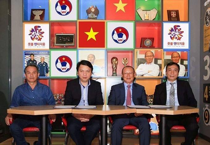 HLV Park trong buổi ký hợp đồng với VFF tại Hàn Quốc tháng 9/2017. Ảnh: VFF.