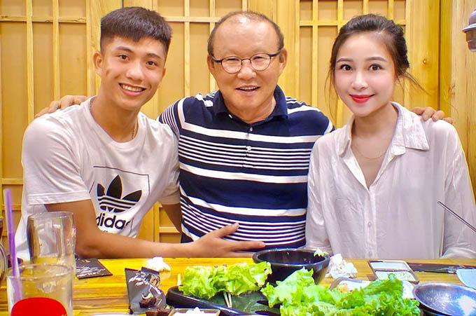 HLV Park đi ăn cùng vợ chồng Văn Đức trong một lần về Nghệ An theo dõi V-League và còn tặng quà cho cặp đôi.  Ảnh: VNL.