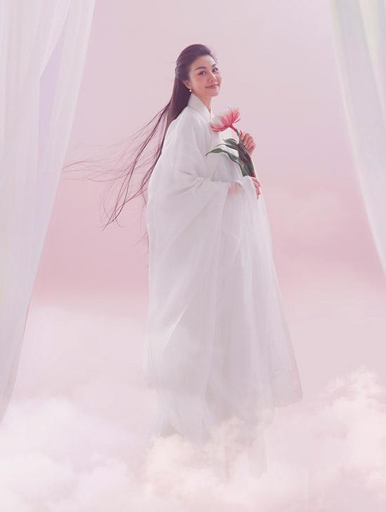 Siêu mẫu diễn xuất tự nhiên trong khung cảnh mây trắng bồng bềnh tạo cảm giác phiêu diêu, hư ảo.