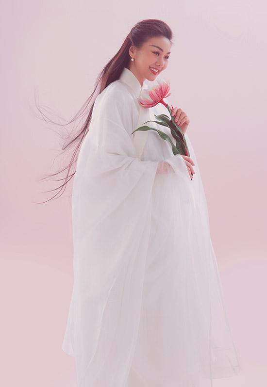 Thiết kế do Thuỷ Nguyễn thực hiện gồm nhiều lớp kiểu dáng rộng rãi tạo cảm giác thoải mái cho người mặc.