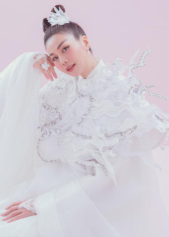 Cô yêu thích những thiết kế gam trắng, hoạ tiết tinh tế tôn vẻ kiêu sa, quyền lực.