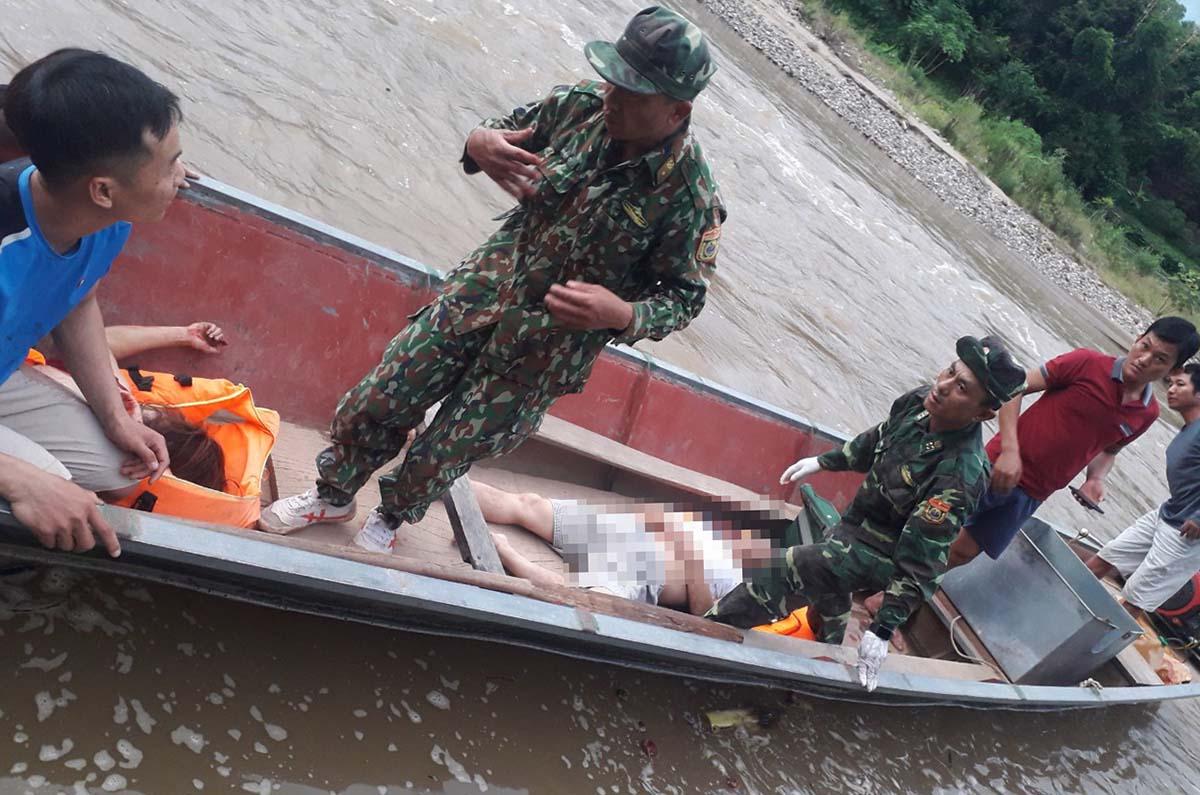 Cán bộ biên phòng Mỹ Lý vận chuyển nạn nhân bằng thuyền đi cấp cứu. Ảnh: Sỹ Đức.