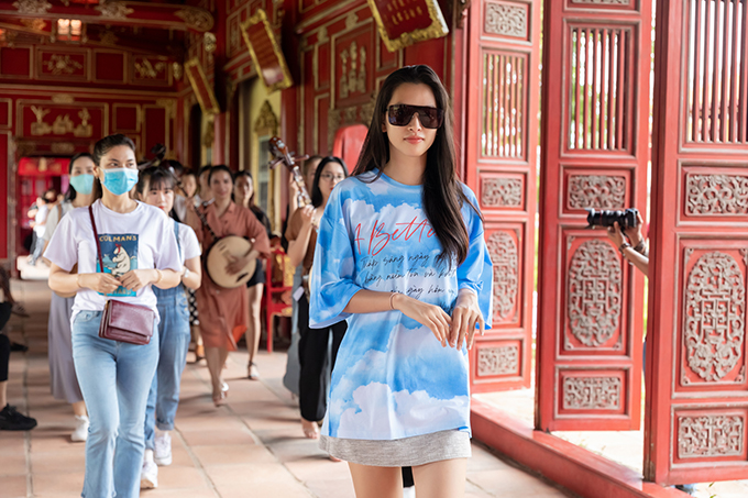 Tiểu Vy tập luyện cùng dàn nhạc cung đình, hứa hẹn mang tới sự bất ngờ cho show thời trang được tổ chức tại Trường Lang (Huế).