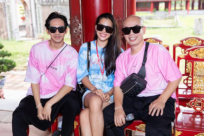 Sau khi đặt chân đến Huế, hoa hậu Tiểu Vy cùng hai nhà thiết kế Vũ Ngọc và Son tham gia ngay buổi tập luyện và tổng duyệt cho show Vàng Son.