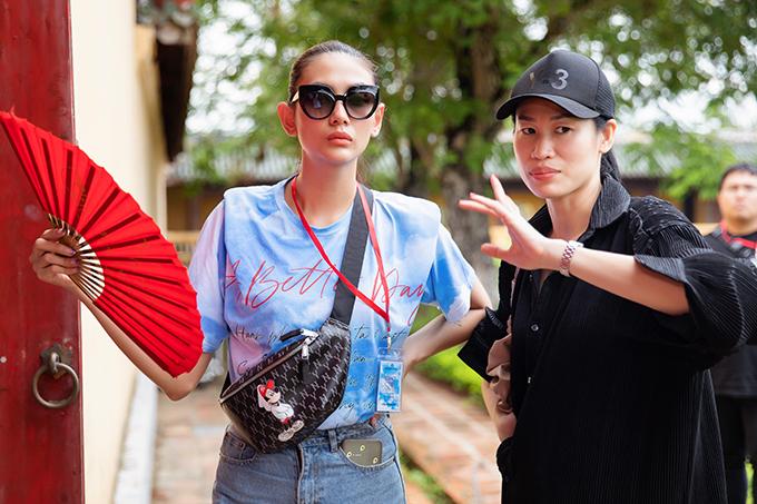 Đạo diễn catwalk Thanh Trúc Trương (áo đen) trao đổi cùng Võ Hoàng Yến về tuyến đi và sự xuất hiện của cô trên sàn diễn.