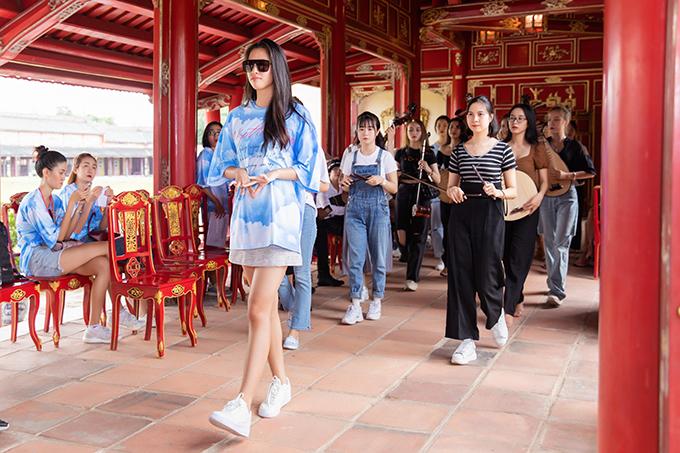 Tại show diễn tổ chức vào ngày 4/10 tại Đại Nội Huế, Tiểu Vy là một trong những nhân vậtđược Vũ Ngọc và Son giao cho vị trí quan trọng.