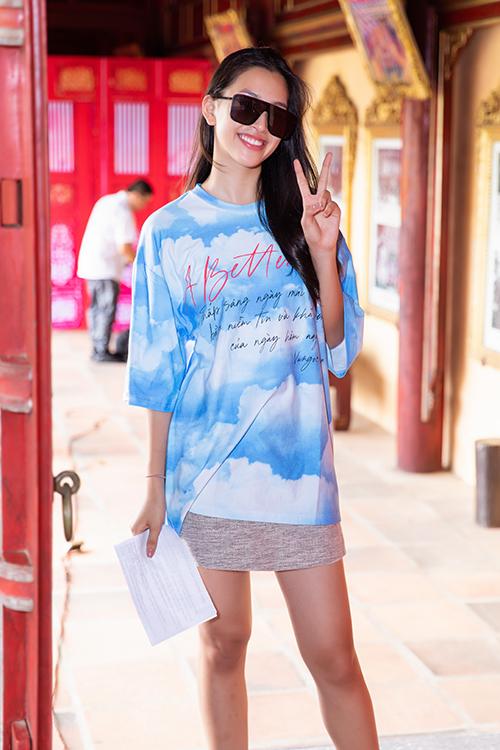 Tiểu Vy để mặt mộc và chọn mẫu áo thun từ thiện của hai nhà mốt Việt để xuất hiện cùng dàn mẫu chuyên nghiệp trong buổi làm quen với sàn runway.