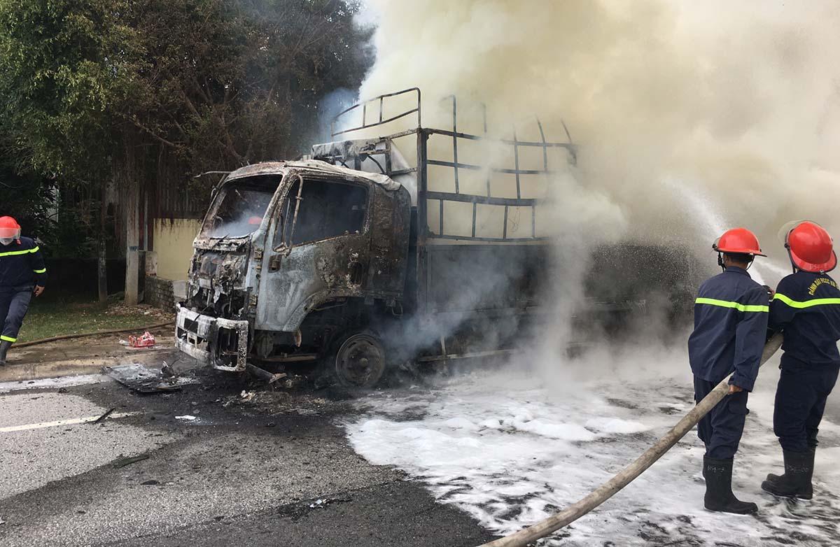 Lính cứu hỏa dập đám cháy. Ảnh: CTV.