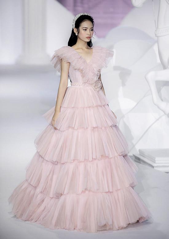 Bộ váy cưới gam hồng phấn, xếp tầng bồng bềnh tôn chiều cao và vẻ lộng lẫy cho mẫu nhí.