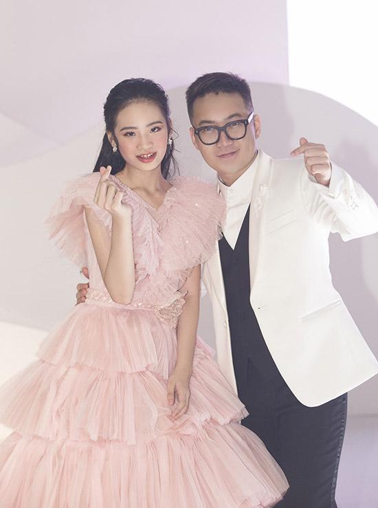 Bảo Hà chụp ảnh kỷ niệm cùng nhà thiết kế Chung Thanh Phong sau chương trình.