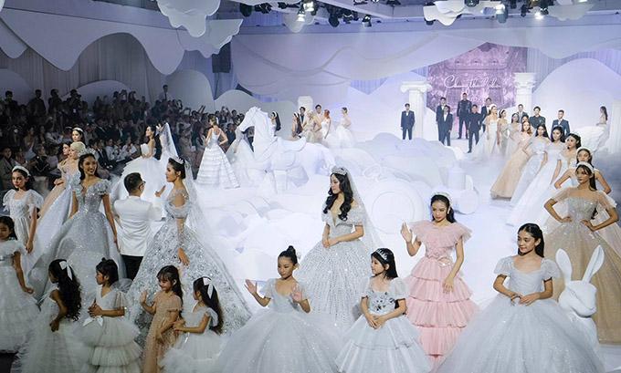 Sự kiện có nhiều chân dài nổi tiếng tham gia trình diễn như Minh Tú, Hoàng Thuỳ...