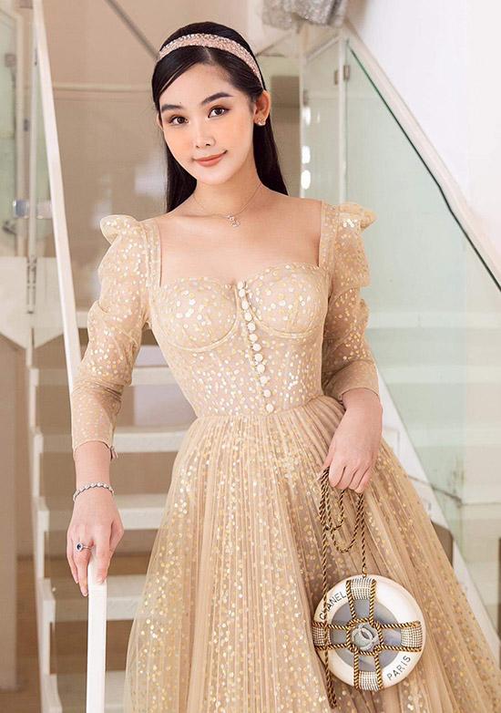 Thiết kế corset bó ngực tôn vẻ gợi cảm cho Hoa hậu Đại dương 2017. Cô xách túi hiệu 300 triệu đồng, kiểu dáng độc đáo.