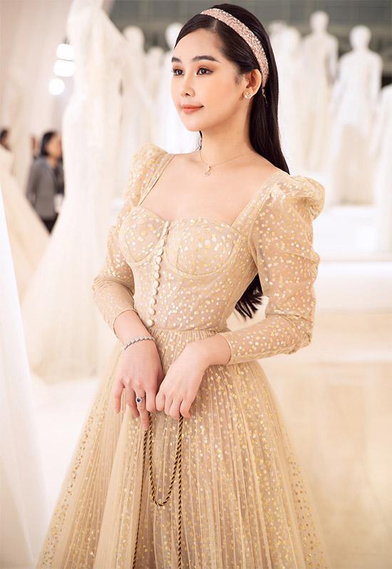 Ngân Anh được nhiều người khen ngày càng xinh đẹp, khác hẳn hình ảnh 3 năm trước, khi là thí sinh thi hoa hậu.
