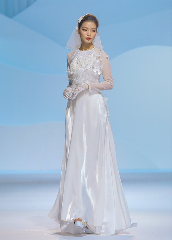 Ngoài kiểu cổ trụ truyền thống còn có thiết kế cổ tròn cách tân, phù hợp với cô dâu tính cách năng động, hiện đại.
