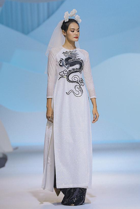Người mẫu Thanh Thảo khoe dáng thon với áo dài thêu hình rồng, phụ kiện cài đầu ấn tượng.