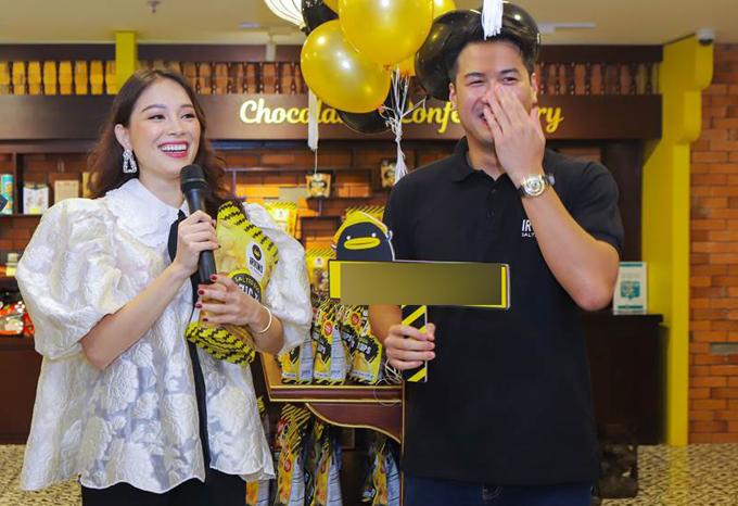 Doanh nhân Philip Nguyễn - em chồng Tăng Thanh Hà vừa khai trương cửa hàng kinh doanh món snack da cá trứng muối ở Hà Nội. Linh Rin có mặt giúp bạn trai tiếp đón khách mời và quảng bá cho món ăn vặt xuất xứ từ Singapore.