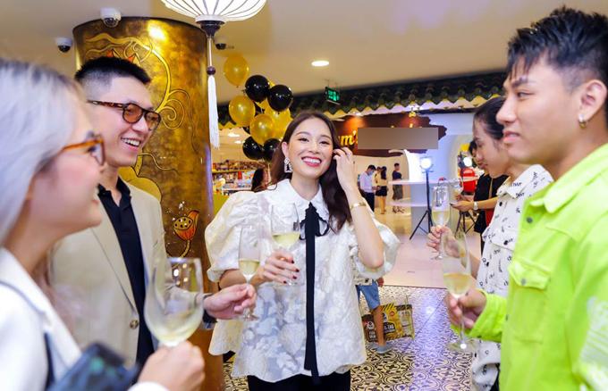 Đông đảo bạn bè của Linh Rin là các food blogger và KOLs tham dự sự kiện này. Linh Rin thu hút sự chú ý của khách mời bằng nụ cười tươi rạng rỡ và tính cách thân thiện, cởi mở.
