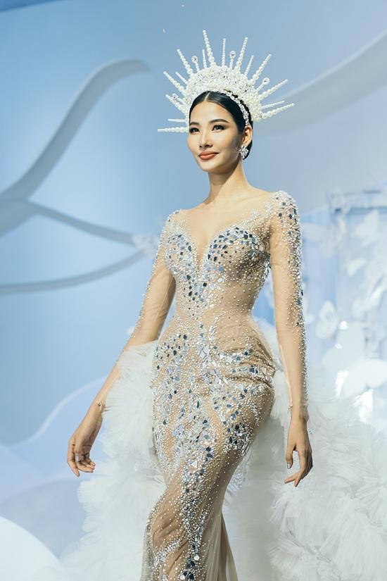 Á hậu Hoàng Thùy diện váy đuôi cá, đính kết lấp lánh. Cô có mối quan hệ thân thiết với NTK Anh Thứ sau khi hợp tác tại cuộc thi Miss Universe 2019.