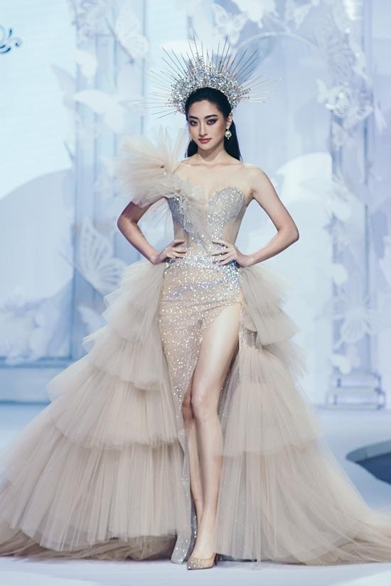 NTK Anh Thư chọn váy xẻ cao giúp tôn đôi chân 1,22 m của hoa hậu Lương Thùy Linh.
