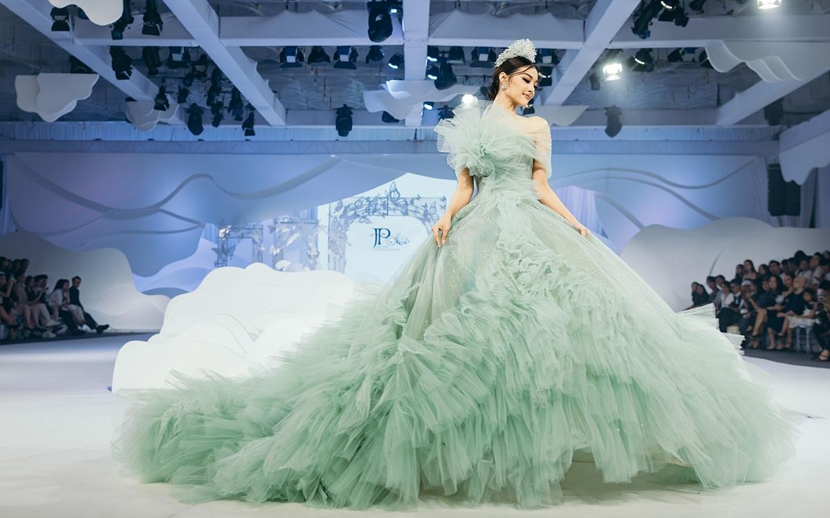 Á hậu Kiều Loan xử lý khéo léo chiếc váy khủng trên đường băng.