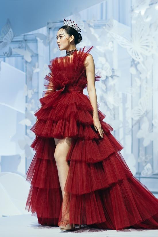 Á hậu Tường San trình diễn kiểu váy high-low hiện đại.