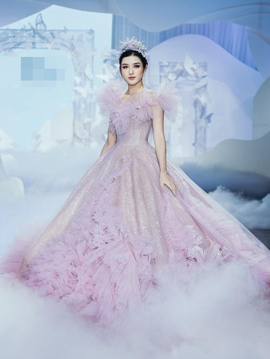 Á hậu Huyền My bay từ Hà Nội vào TP HCM trình diễn thời trang.Kiss from the cloud - Nụ hôn từ mây là bộ sưu tập váy cưới mới nhất của NTK Anh Thư. Các thiết kế sử dụng nghệ thuật xếp nếp tạo khối 3D, phối hợp chất liệu dập ly đang được ưa chuộng ở quốc tế. Ngoài ra, chất liệu pha phối tinh tê , tone màu trong trẻo như mây cũng là điểm nhấn cho bộ sưu tập,