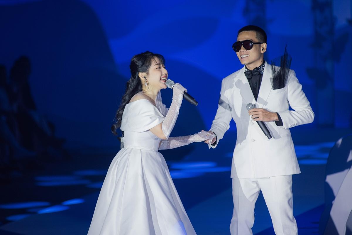NTK Anh Thư cùng rapper Wowy trình diễn ca khúc Thiên đường khi bắt đầu buổi diễn.