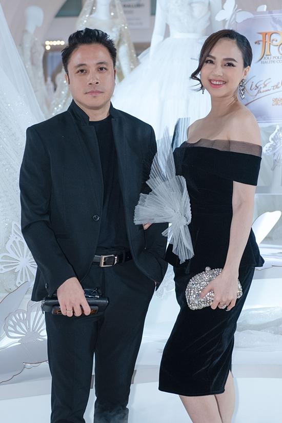 Đinh Ngọc Diệp tái xuất sau sinh con trai thứ hai. Cô tự tin diện đầm ôm, sánh đôi chồng - đạo diễn Victor Vũ.