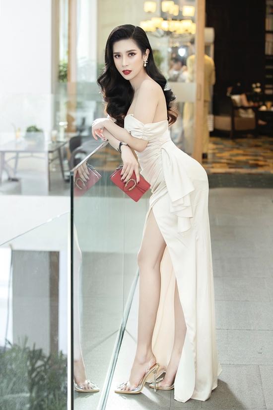 Hoa hậu Dương Yến Nhung diện váy khoe vai trần, chân thon.