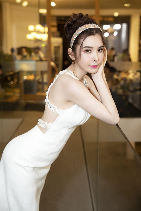 Hoa hậu Huỳnh Vy ghi điểm nhờ phối trang phục và phụ kiện đồng điệu.