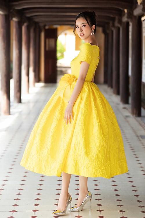 Á hậu Thuý An xinh xắn với váy tùng xoè mang phong cách cổ điển của thập niên 1960.