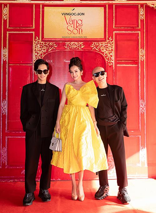 Show diễn cá nhân thứ 5 của Vũ Ngọc và Son quy tụ nhiều người đẹp nổi tiếng. Trúc Diễm (đứng giữa) chọn váy xoè cổ điển khi đến cổ vũ hai nhà thiết kế lần đầu làm show trong Đại Nội Huế.