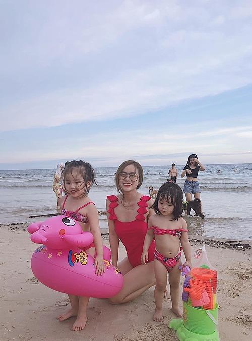 Bảo Ngọc thường đưa hai con đi chơi khi có thời gian rảnh rỗi.