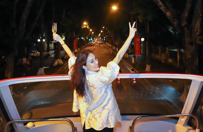 Linh Rin thích thú trong lần đầu dạo phố bằng xe bus 2 tầng.