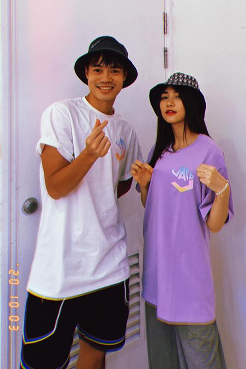 Văn Toàn và Hoà Minzy chụp ảnh quảng bá cho thương hiệu thời trang VATO9. Ảnh: HM.