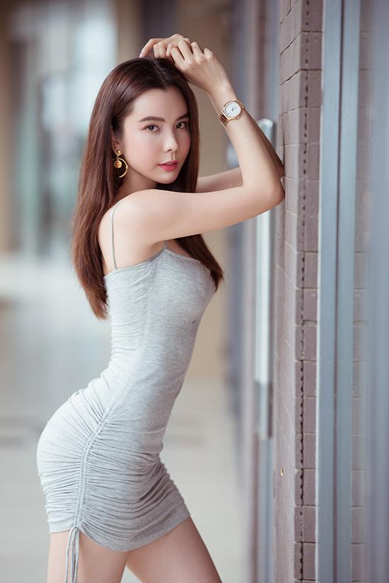 Huỳnh Vy tự tin diện váy ôm sát cơ thể, khoe khéo vòng ba săn chắc. Cô cao 1,7m, số đo 86-58-100 cm.
