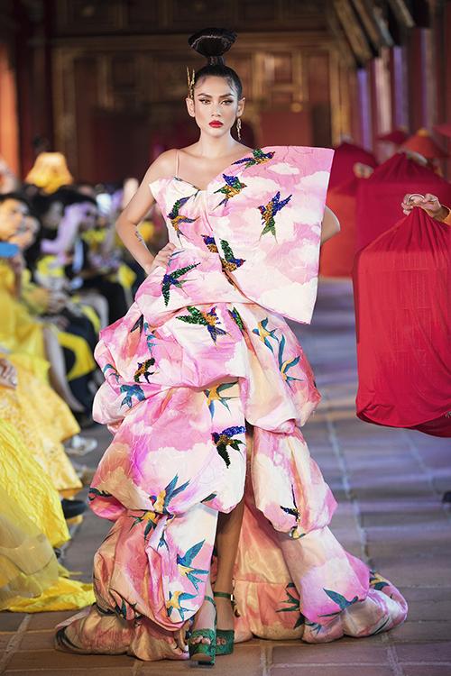 Võ Hoàng Yến mở màn cho bộ sưu tập thứ hai trình diễn trong show Vàng Son tại Huế. Đây là các thiết kế được hai nhà mốt chăm chút kỹ lưỡng cho từng chi tiết nhỏ.