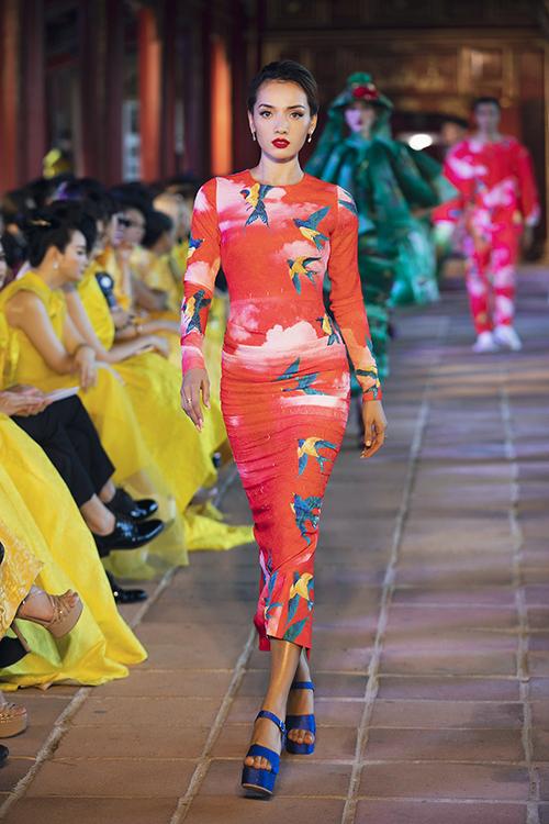 Cùng với sự phong phú sắc màu, phom dáng trang phục cũng đa dạng không kém với váy nơ bản to bản, đầm chút chì, váy ôm body, vày xoè thập niên 1960, đầm maxi, váy xẻ tà...