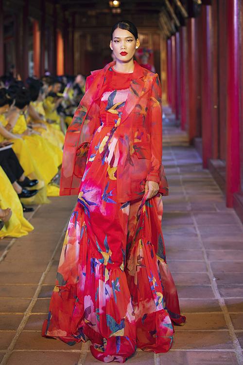 Những mẫu váy dáng dài được thiết kế trên voan lụa mềm, tạo hiệu ứng những cánh chim như tung bay trên nên trời với áng mây muôn sắc màu.