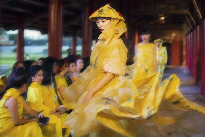 Gấm, organza, lụa, chiffon là những chất liệu phái đẹp ưa chuộng được hai nhà mốt xử lý khéo léo trên từng mẫu váy từ dạo phố cho đến tham gia tiệc tùng.