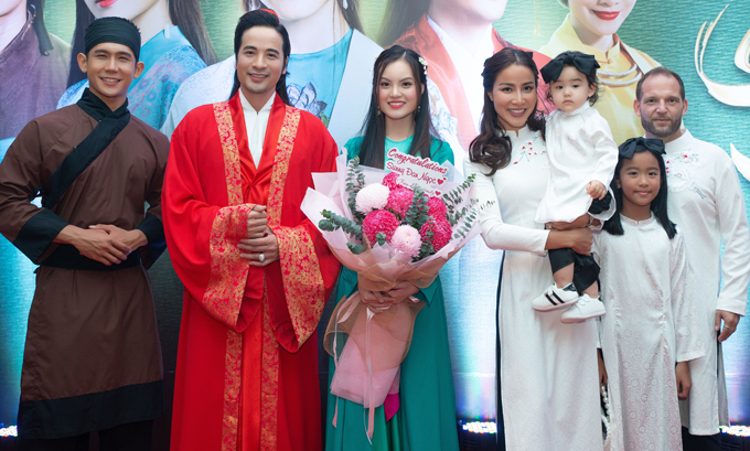 Diễn viên Đoàn Minh Tài (áo dài đỏ) chụp ảnh cùng bạn diễn Hùng Phạm (áo nâu), ca sĩ Sunny Đan Ngọc và gia đình Bảo Trúc ở sự kiện tối 5/10.