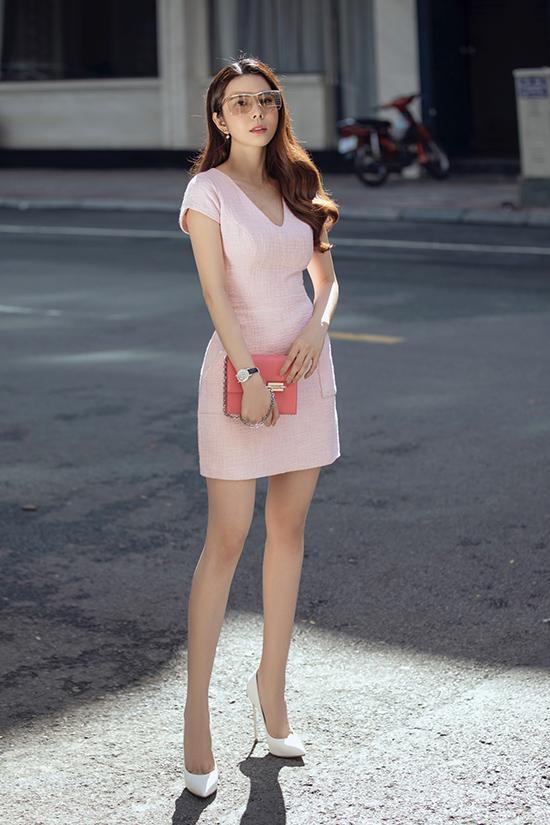 Mỹ nhân Đồng Tháp chọn váy hồng khi dạo phố để tôn nước da trắng. Cô phối mắt kính to bản, cùng clutch màu hồng đậm, tạo hình ảnh một quý cô thanh lịch.