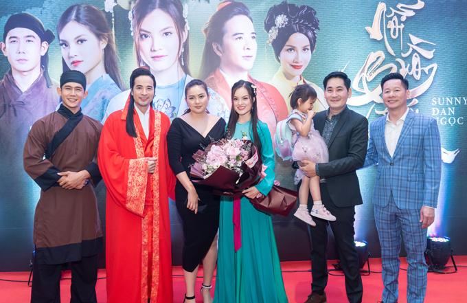 Vợ chồng Phan Như Thảo đưa con gái đi sự kiện. Bé Bồ Câu được đạo diễn Lê Minh (thứ hai từ phải qua) bế.