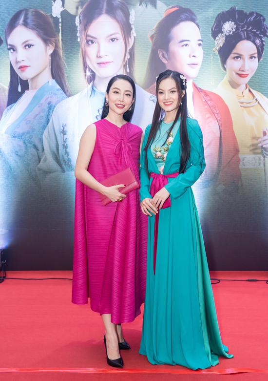 Diễn viên múa Linh Nga nổi bật trong thiết kế dáng rộng, gam hồng.