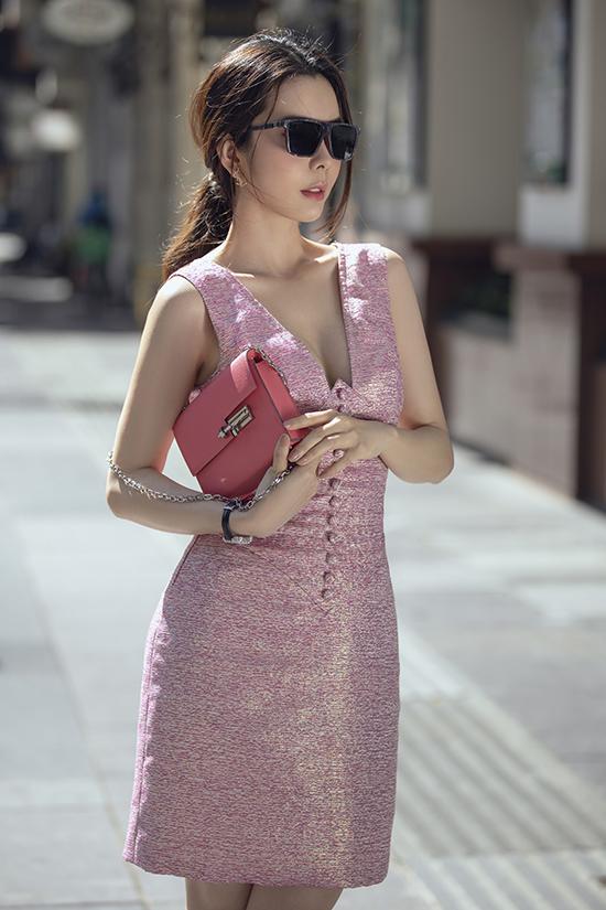 Huỳnh Vy tiếp tục theo đuồi style gợi cảm với bộ váy xẻ sâu.