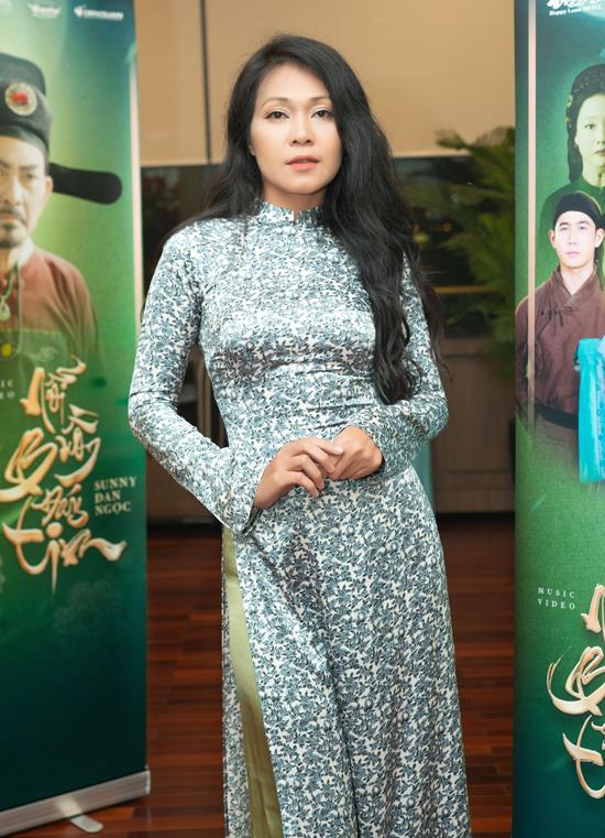 Diễn viên Đinh Y Nhung khoe dáng thon với trang phục truyền thống nền nã.