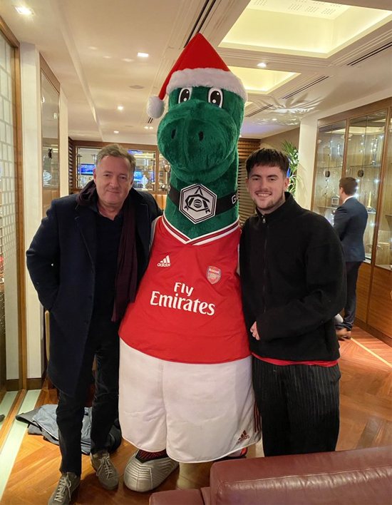 MC Piers Morgan (ngoài cùng bên trái) chụp ảnh cùng mascot Gunnersaurus. Ảnh: Twitter.