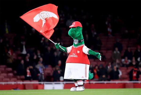 Chú khủng long Gunnersaurus mua vui cho fan Arsenal suốt 27 năm nay. Ảnh: AP.